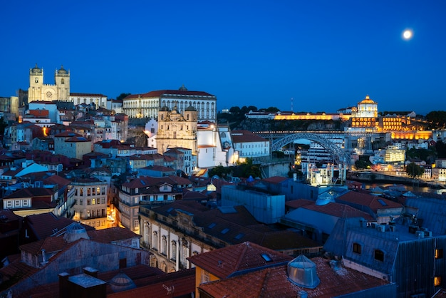 Berühmte ansicht von porto bei nacht mit mond, portugal, europa