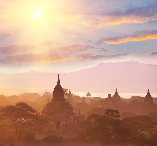 Berühmte antike stadt bagan bei sonnenuntergang in myanmar