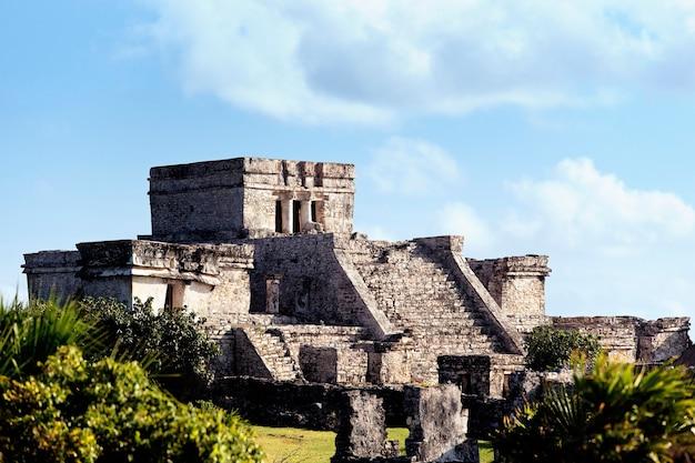 Berühmte archäologische ruinen von tulum in mexiko im sommer