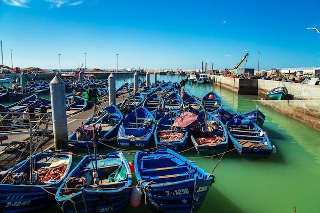 Berühmte blaue boote im hafen von essaouira.