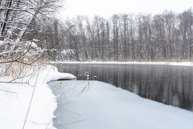 Berühmte blaue karstseen. blaue seen frieren im winter nicht ein und ernähren sich von grundwasser. wasser- und schlammseen heilen von einer vielzahl von krankheiten. seen russland, kasan. winterlandschaft.