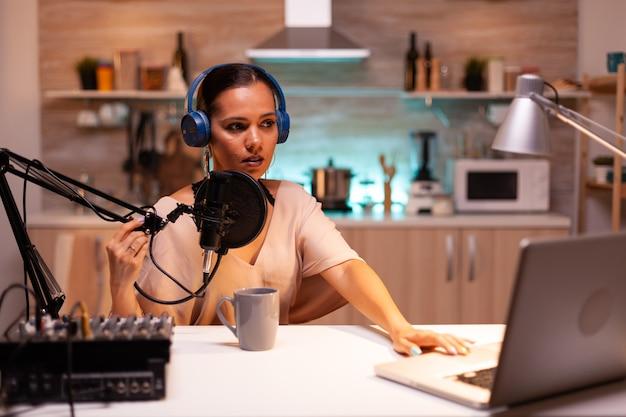 Berühmte blogger, die mit professioneller aufnahmeausrüstung aus dem heimstudio streamen