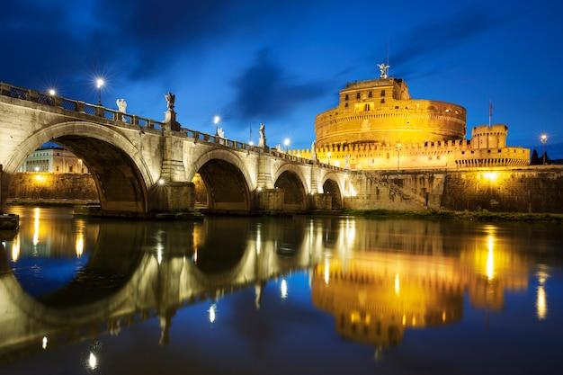 Berühmte brücke in rom bei nacht
