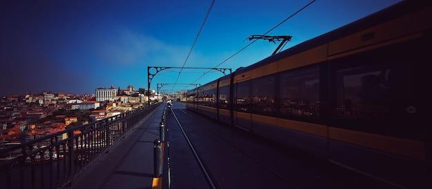 Berühmte brücke luis i mit metro, porto, portugal, europa