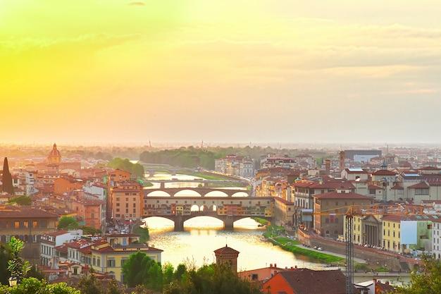 Berühmte brücke ponte vecchio bei sonnenuntergang, florenz, italien