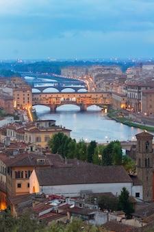 Berühmte brücke ponte vecchio nachts, florenz, italien