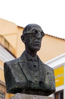 Berühmte doktor- und demokratenstatue dr. silva nobre büste in faro, portugal.