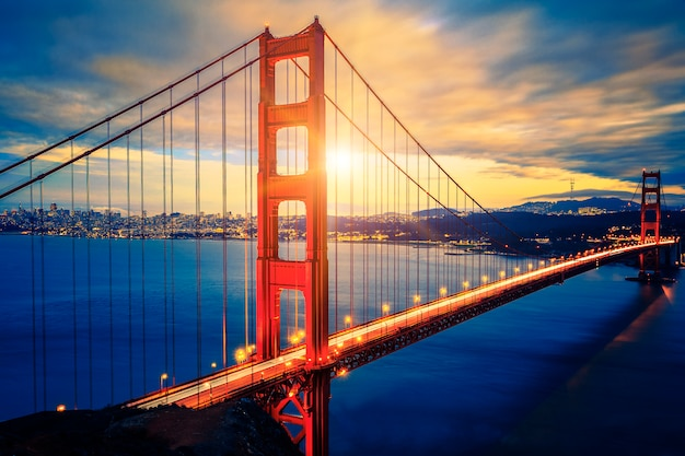 Berühmte golden gate bridge bei sonnenaufgang