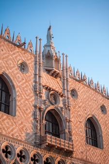 Berühmte gotische fassade des dogenpalastes in venedig.