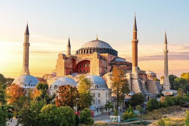 Berühmte hagia sophia moschee bei sonnenuntergang, istanbul, türkei.