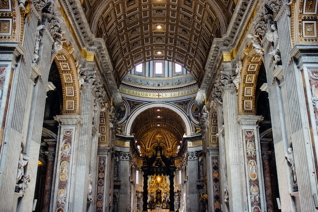Berühmte historische päpstliche basilika st. peter in der antiken stadt vatikan