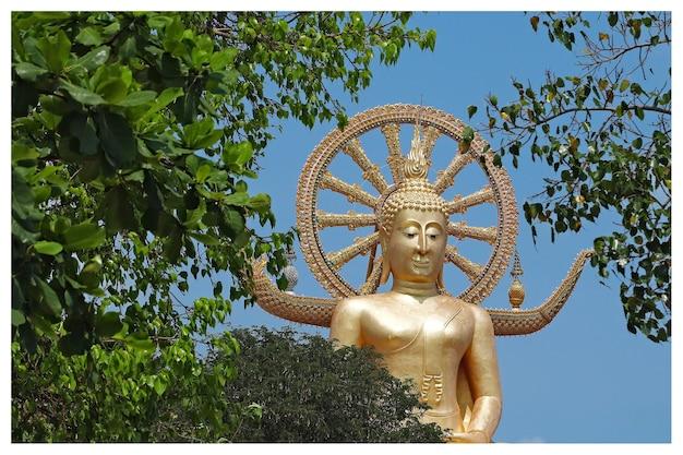Berühmte historische statue von buddha, die den himmel im wat phra yai tempel, thailand berührt