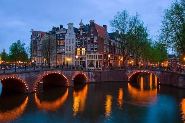 Berühmte kanäle von amsterdam, niederlande in der dämmerung von amsterdam, niederlande in der abenddämmerung