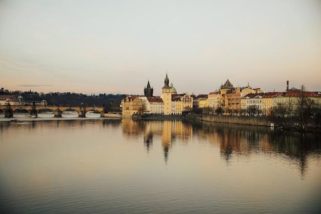 Berühmte karlsbrücke mit kapelle über der moldau in prag, tschechische republik