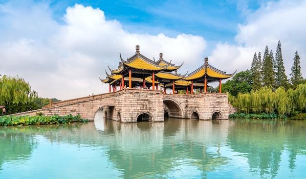 Berühmte klassische gartenbaubrücke in yangzhou, china