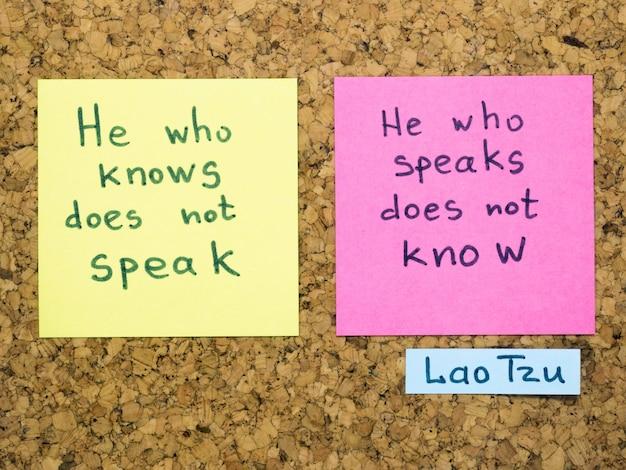 Berühmte lao-tzu-zitatinterpretation mit aufklebernotizen auf korktafel
