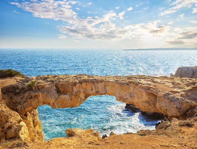 Berühmte liebhaberbrücke oder rabenbogen am kap cavo greco
