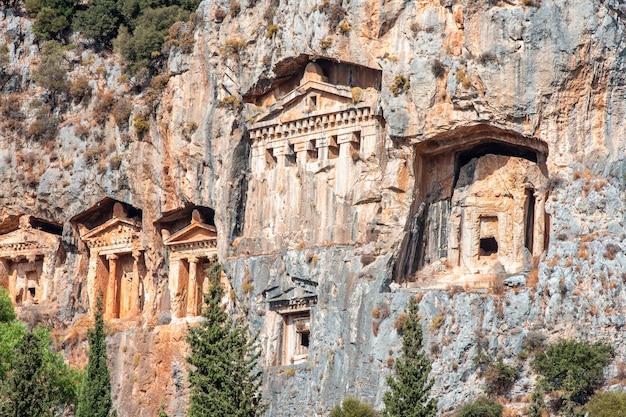 Berühmte lykische gräber der alten stadt calyos dalyan. lykisches grab an einem sonnigen tag