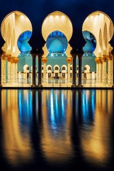 Berühmte moschee, abu dhabi, in der nacht