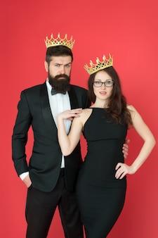 Berühmte person. attraktive queen und big boss genießen luxus. geschäftspaare tragen luxuskronen. reicher mann und frau. stolz und anerkennung. abschlussball-party. luxuslebensstil. wir sind eine familie. königliche bindung.