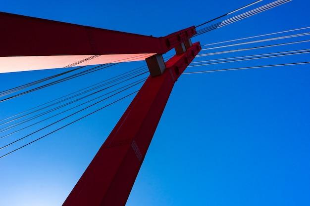 Berühmte rote hochschulbrücke in tiflis