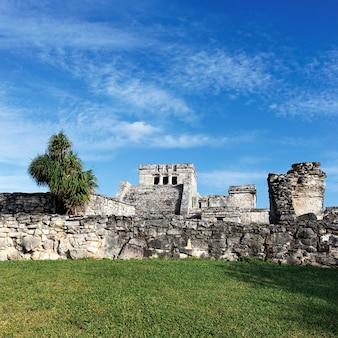 Berühmte ruinen von tulum in mexiko mit blauem himmel