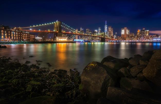 Berühmte skyline der innenstadt von new york, der brooklyn bridge und manhattan bei nacht