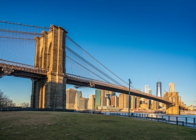 Berühmte skyline der innenstadt von new york, der brooklyn bridge und von manhattan am frühen morgensonnenlicht, new york city usa.