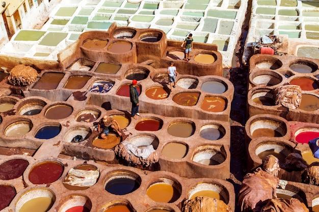 Berühmte tannerie chouara. manuelles gerben von leder.