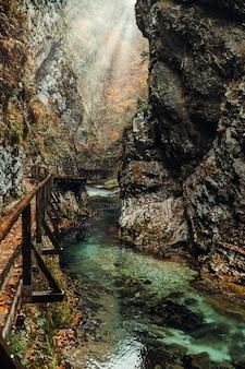 Berühmte vintgar-schlucht mit felsigen ufern des flusses und hölzerner fußgängerbrücke in der herbstsaison, slowenien