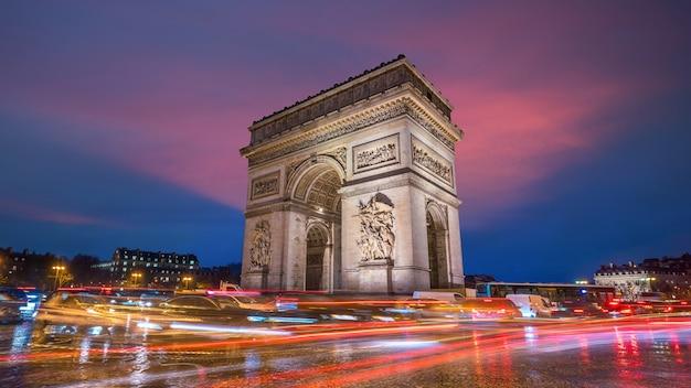Berühmter arc de triomphe in der dämmerung in paris, frankreich