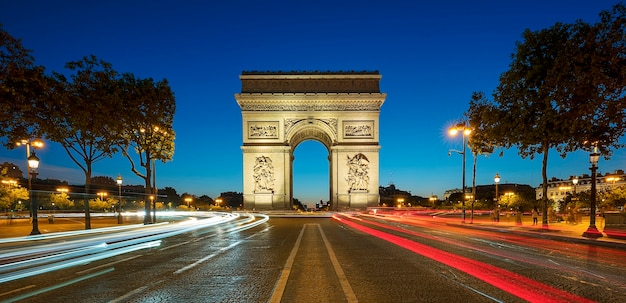 Berühmter arc de triomphe in der nacht, paris, frankreich.