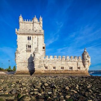 Berühmter belem-turm bei sonnenuntergang - lissabon, portugal