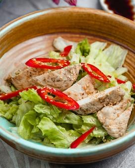 Berühmter caesar salat mit huhn