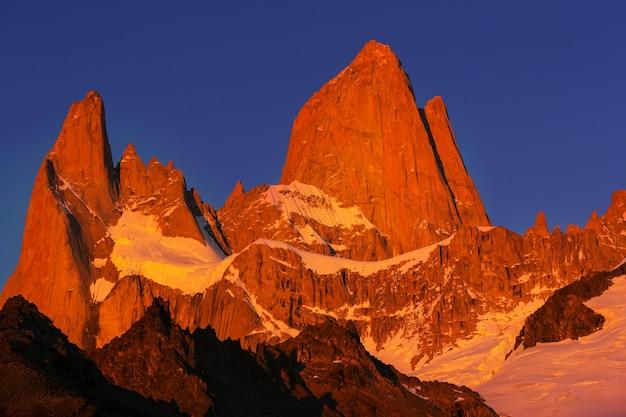 Berühmter cerro fitz roy - einer der schönsten und schwer zu akzentuierenden felsgipfel in patagonien, argentinien
