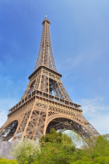 Berühmter eiffelturm auf dem blauen himmel in paris