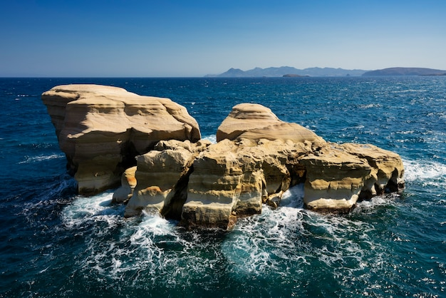 Berühmter felsen am strand von sarakiniko, milos, griechenland