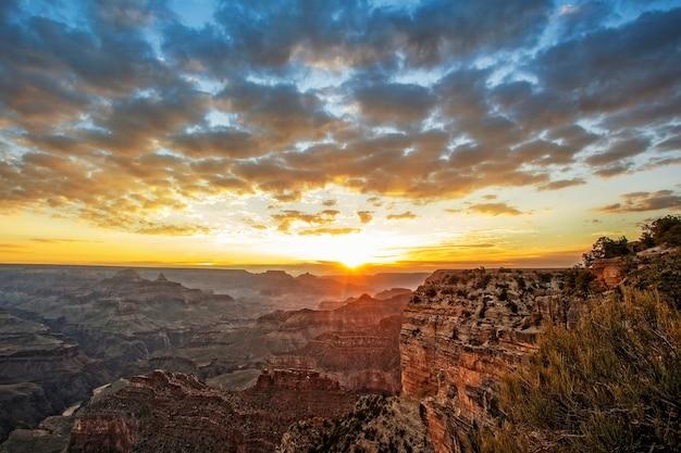 Berühmter grand canyon bei sonnenaufgang, horizontale ansicht