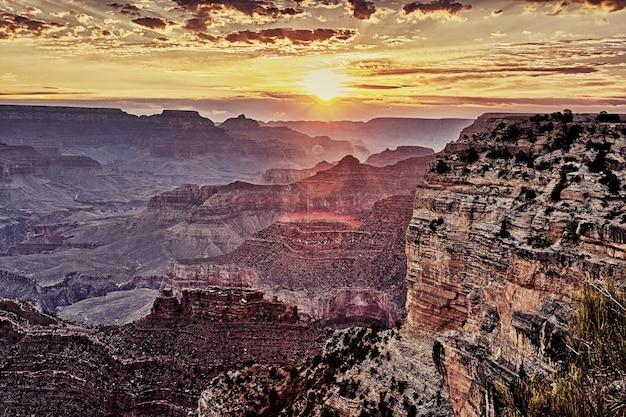 Berühmter grand canyon bei sonnenaufgang im september, horizontale ansicht