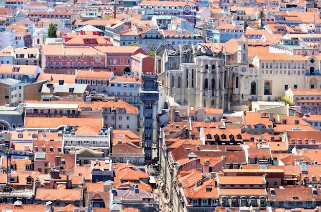 Berühmter historischer aufzug im zentrum von lissabon mit roten dächern (elevador de santa justa), portugal