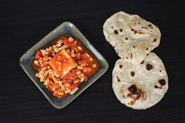 Berühmter indischer teller: paneer butter masala würziger curryteller.