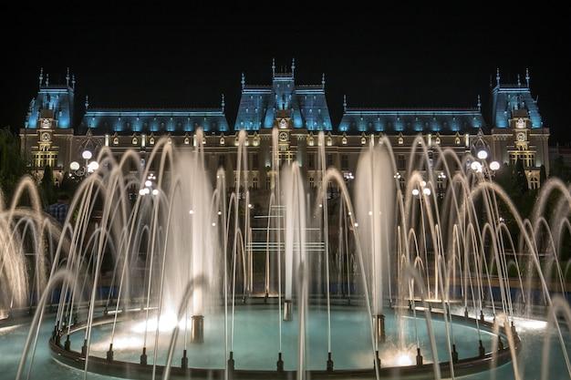 Berühmter kulturpalast in iasi, rumänien mit springbrunnen davor