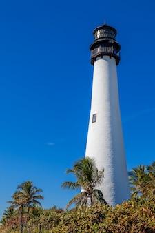 Berühmter leuchtturm und laterne des kapfloridas im bill baggs state park in key biscayne florida