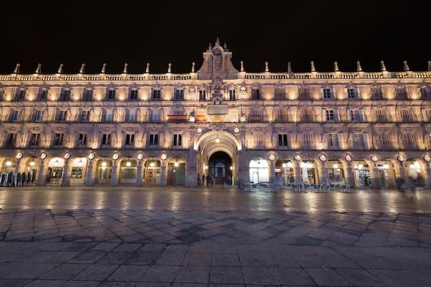 Berühmter markstein plaza mayor salamanca, hauptplatz nachts in salamanca, spanien.