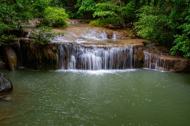 Berühmter ort in thailand (arawan wasserfall)