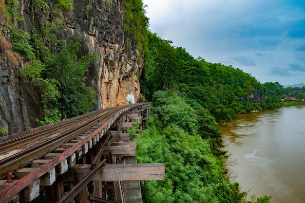 Berühmter ort in thailand (todesbahn in der nähe des bahnhofs tham-kra-sae)