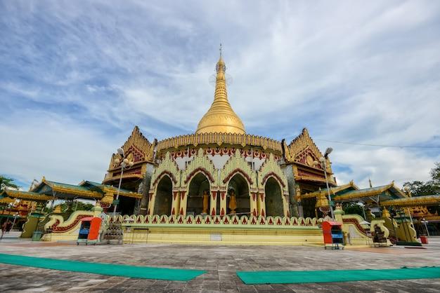 Berühmter platz der kaba aye pagode in rangun, myanmar mit klarem blauem himmel.