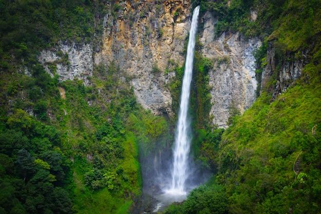 Berühmter reisemarkstein des sipiso-piso-wasserfalls im berastagi see toba, sumatra indonesien