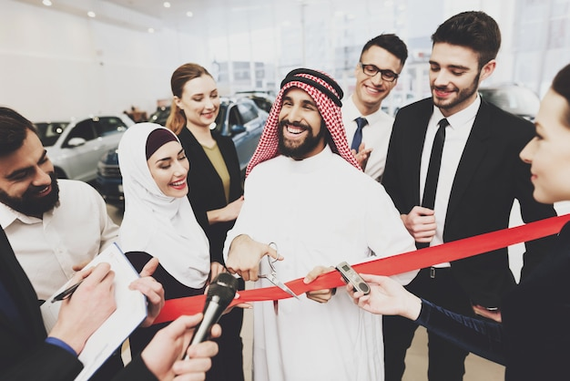 Berühmter saudischer geschäftsmann bei der auto-salon-eröffnung.