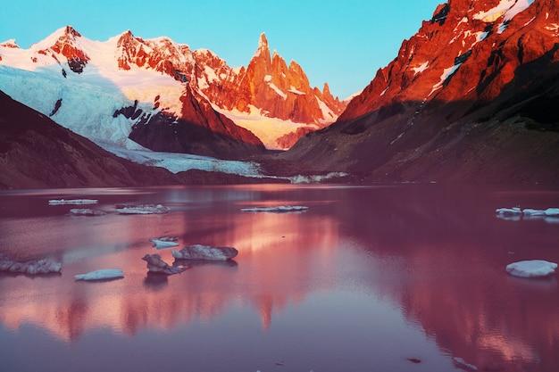 Berühmter schöner gipfel cerro torre im patagoniengebirge